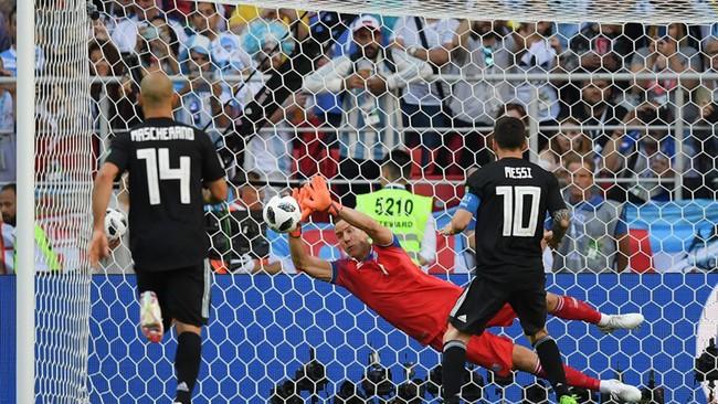 Hannes Thor Halldorsson xuất sắc đẩy bóng từ quả sút 11m của Messi
