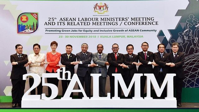 Deputy Minister of Labour, Invalids, and Social Affairs Doan Mau Diep (fifth from left) and other ASEAN member states' labour officials at the meeting (Photo: asean.org)