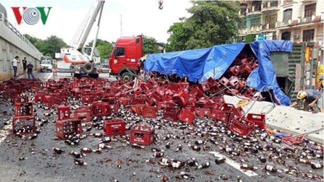 Xe đầu kéo lật ngang giữa Quốc lộ 1A, hơn 1.000 két bia vỡ nát - ảnh 2