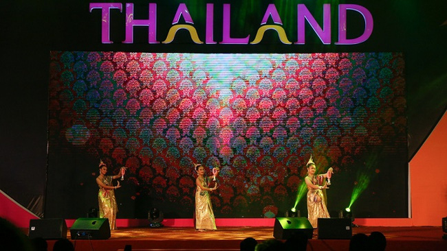 A traditional Thai dance at the festival (Photo: hanoimoi.com.vn)