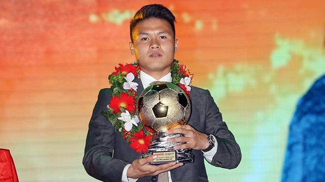Nguyen Quang Hai receives the Golden Ball Award 2018. (Photo: Dung Phuong)