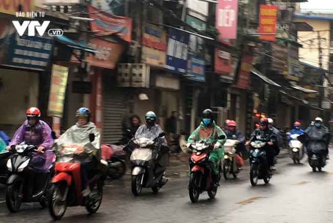 Người Hà Nội đi làm trong thời tiết mưa lạnh, giá buốt - ảnh 1