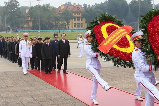 Leaders pay floral tribute to President Ho Chi Minh at his mausoleum. (Photo: VNA)