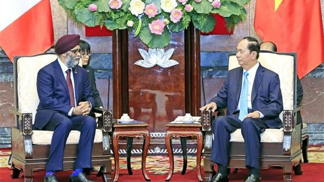 President Tran Dai Quang (right) and Canadian Defence Minister Harjit Singh Sajjan during their meeting in Hanoi on June 5. (Photo: VNA)