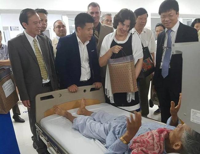 Cuban Ambassador to Vietnam Lianys Torres Rivera visits patients at Vietnam-Cuba Friendship Hospital in Dong Hoi city. (Source: VNA)