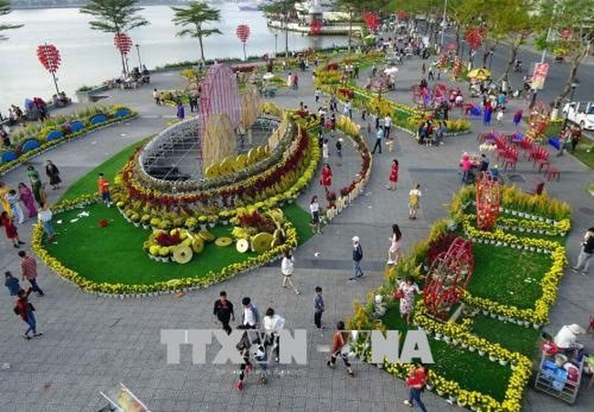 Visitors during Tet (Lunar New Year) at the Flower Street in Da Nang city (Photo: VNA)