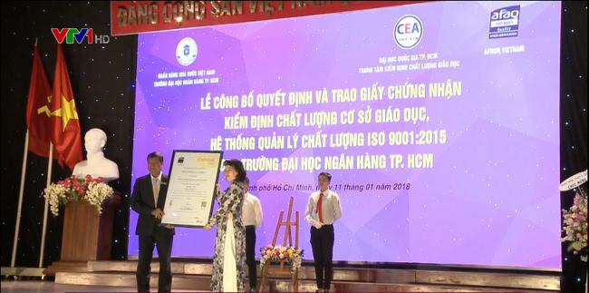 Đại học Ngân hàng TP.HCM đón nhận giấy chứng nhận kiểm định chất lượng giáo dục - ảnh 1
