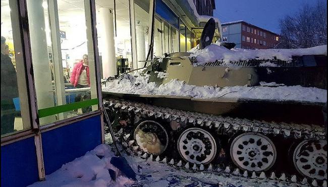 Nga: Đâm xe thiết giáp vào cửa hàng để cướp rượu - ảnh 1