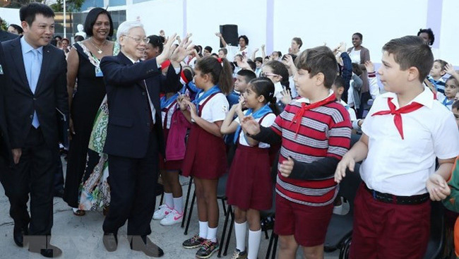 Party chief Nguyen Phu Trong greets students during his visit to Vo Thi Thang school in Cuba (Photo: VNA)
