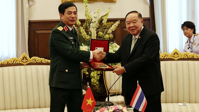 Sen. Lieut. Gen. Phan Van Giang (left), Chief of the General Staff of the Vietnam People's Army and Deputy Defence Minister, and Gen. Prawit Wongsuwon, Deputy Prime Minister and Minister of Defence of Thailand. (Photo: qdnd.vn)