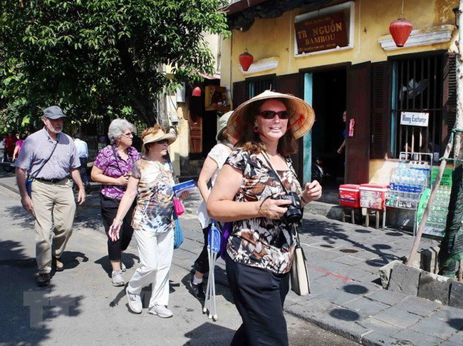 Foreign tourists in Hoi An ancient town, Quang Nam province (Source:VNA)