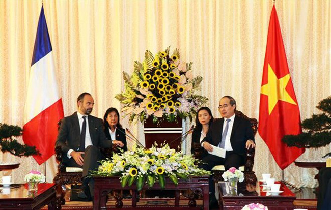 Secretary of the Ho Chi Minh City Party Committee Nguyen Thien Nhan (R) and French Prime Minister Edouard Philippe at the meeting (Photo: VNA)