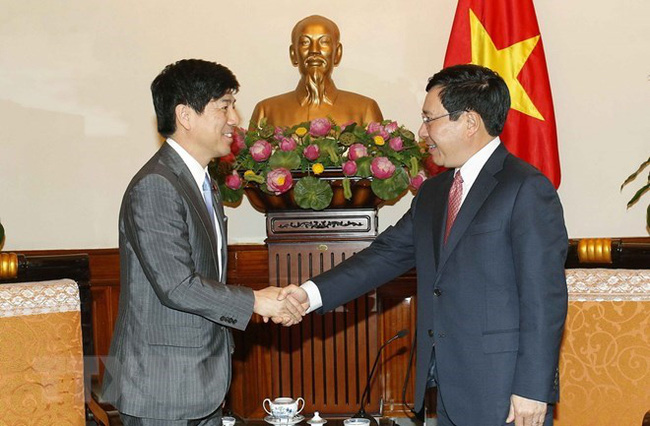 Deputy Prime Minister and Foreign Minister Pham Binh Minh (R) received Japan's State Minister for Foreign Affairs Kazuyuki Nakane.(Photo: VNA)