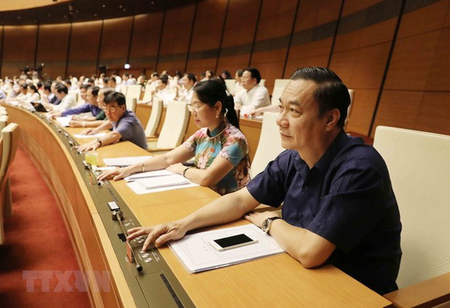 Deputies press the buttons to pass the laws (Photo: VNA)