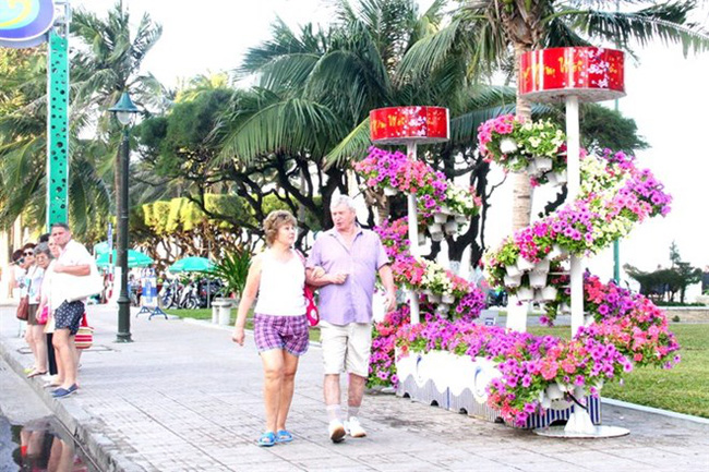 Foreign tourists visit the Nha Trang Flower Festival at Phi Yen Park. (Photo: baokhanhhoa.vn)