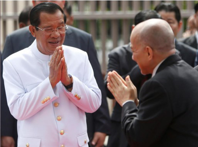 Cambodia's King Norodom Sihamoni (R) greets Cambodia's Prime Minister Hun Sen as he leaves after attending the first plenary parliament session at the National Assembly in Phnom Penh, Cambodia September 5, 2018. (Photo: REUTERS/Samrang Pring)
