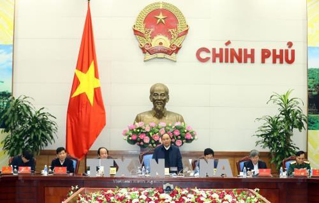 Prime Minister Nguyen Xuan Phuc chairs a meeting with the Vietnam-Laos Cooperation Committee, relevant ministries and sectors on January 13. (Photo: VNA)