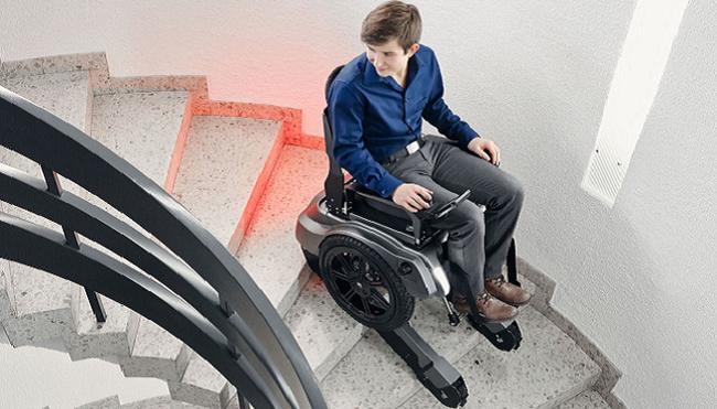 Ra mắt xe lăn điện có thể leo cầu thang an toàn - ảnh 1