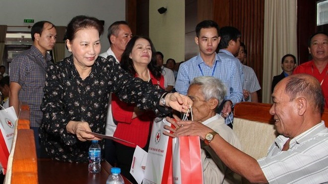 NA Chairwoman Nguyen Thi Kim Ngan presents Tet gifts to policy beneficiaries, poor households and Agent Orange/dioxin victims in Hau Giang. (Photo: VNA)