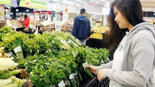 Banana leaves are used to wrap vegetables at a supermarket (Photo: VNA)