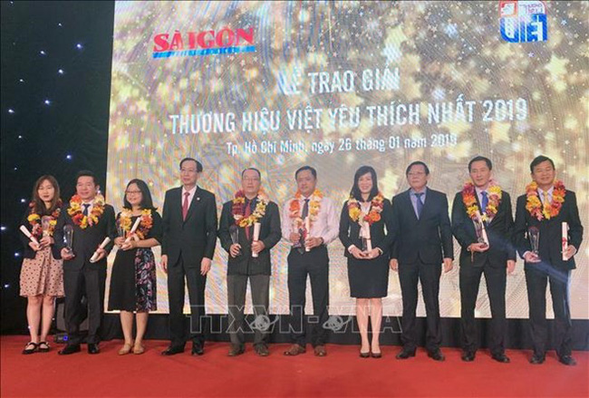 Representatives from most popular Vietnamese trademarks in 2019 receive their awards at the event (Photo: VNA)