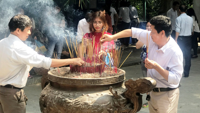 Tens of thousands of visitors flock to the Hung Kings Temple in Phu Tho province during the first days of the Lunar New Year to offer incense to the nation's founders.