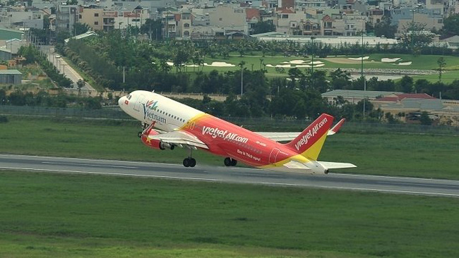 Vietjet will offer a special service to carry peach flowers and ochna integerrima via checked-in luggage. (Photo provided by Vietjet)