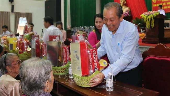 Permanent Deputy Prime Minister Truong Hoa Binh presented gifts to heroic Vietnamese mothers. (Photo:VNA)