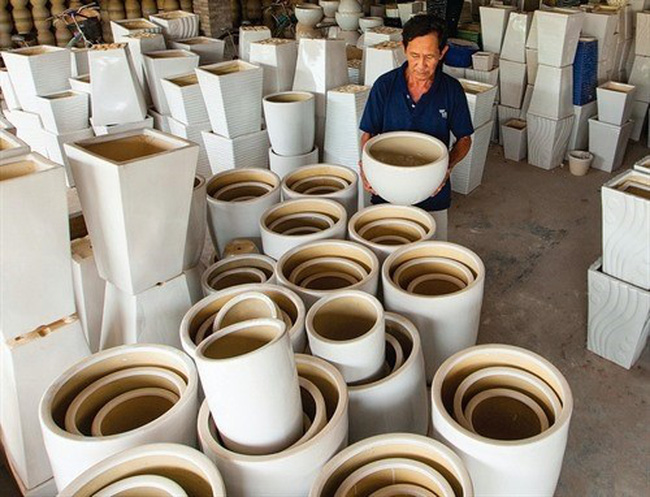 A ceramic plant in Binh Duong province. Ceramic firms have stepped up investment to bolster their competitiveness in the domestic and export markets (Photo: VNA)