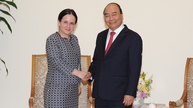 PM Nguyen Xuan Phuc (right) receives Secretary of State at the Romanian Foreign Ministry Monica Gheorghita. (Photo: NDO/Tran Hai)