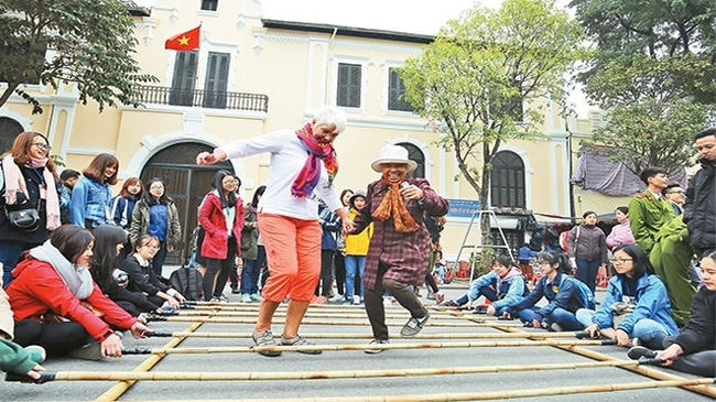 Visitors are joining folk games at the pedestrian street around Hoan Kiem Lake. (Photo: Nhan Dan)