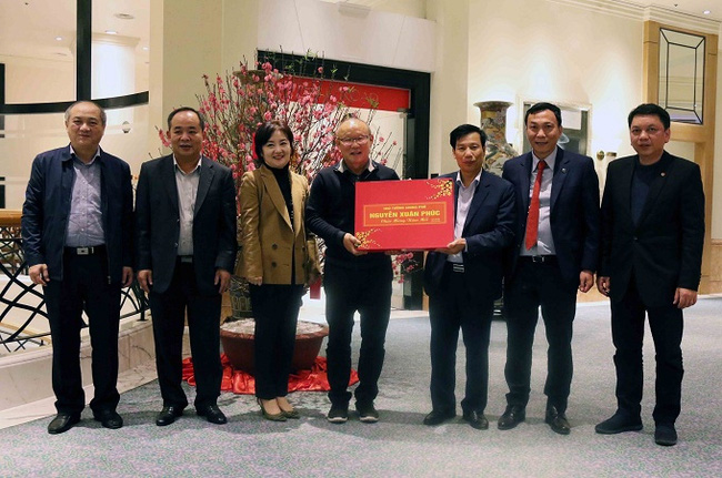The leaders of the sports sector present PM Nguyen Xuan Phuc's gift to Vietnam head coach Park Hang-seo. (Photo: VOV)