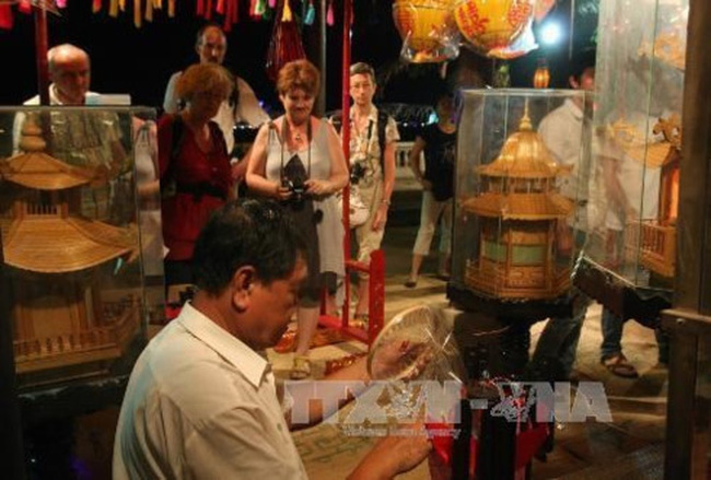 Foreign tourists visit a booth at the previous edition of the craft festival