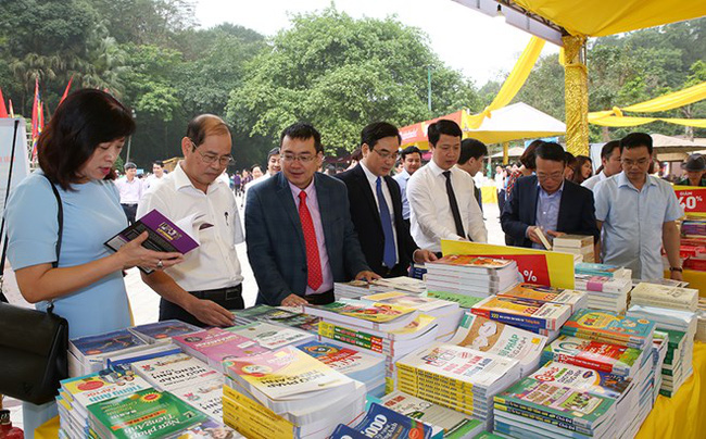 Visitors at the book fair (Source: baophutho.vn)