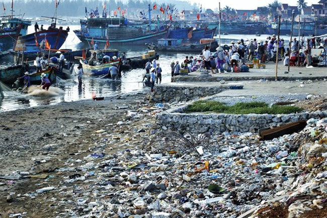 Plastic waste littered on the fishing port of Quynh Phuong in the central province of Nghe An (Photo: VNA)