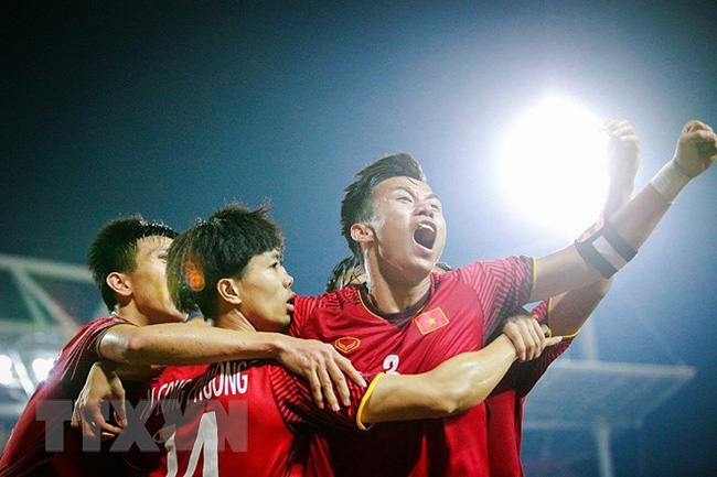 Centre-back Que Ngoc Hai and two other players at the AFF Suzuki Cup 2018. (Photo: VNA)