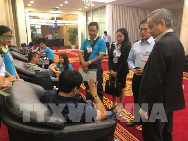 Saigontourist representatives talk to the tourists after they landed at Tan Son Nhat airport (Photo: VNA)