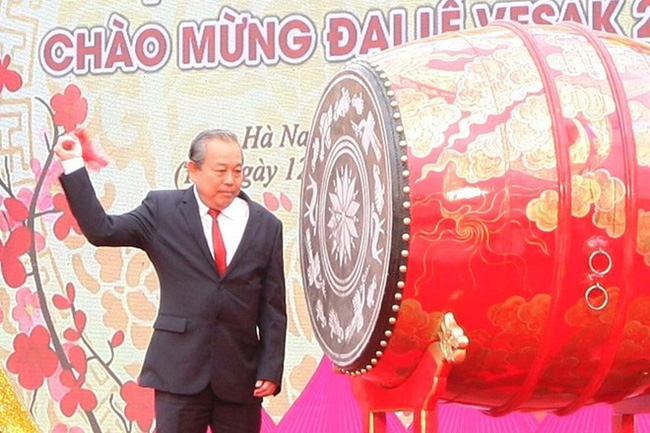 Permanent Deputy Prime Minister Truong Hoa Binh beats the drum to open the festival (Source: laodong.vn)
