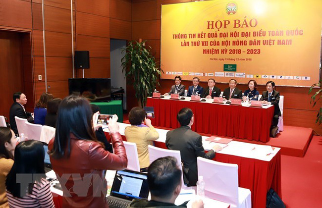 The Central Committee of the Vietnam Farmers' Union (VFU) re-elects Thao Xuan Sung as Chairman of the union for the 2018-2023 tenure at its first meeting on December 12 (Photo: VNA)