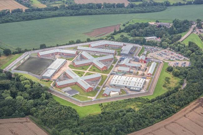 Nhà tù đặt buồng chụp ảnh để tù nhân được tự sướng với người nhà - ảnh 1