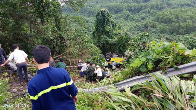 Xe khách chở sinh viên và giáo viên lao xuống vực ở đèo Hải Vân, 1 người tử vong - ảnh 4