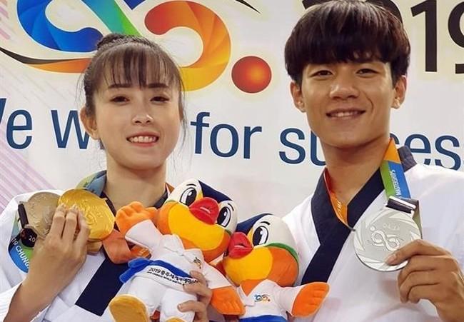 Hua Van Huy (R) and Chau Tuyet Van win silver at the 2019 Chungju World Martial Arts Masterships on September 2 (Photo: thanhuytphcm.vn)