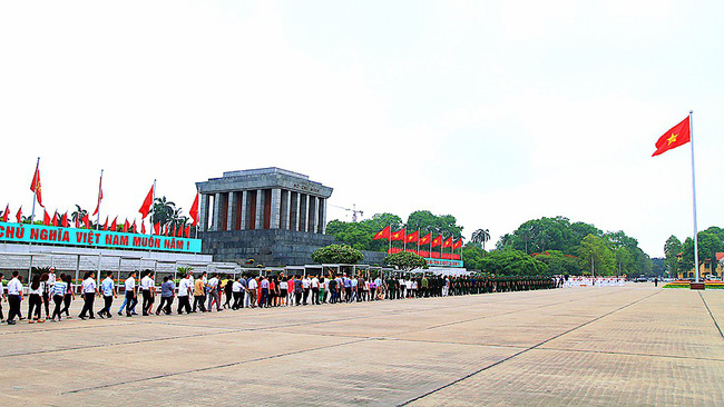 Thousands of visitors pay tribute to President Ho Chi Minh at his mausoleum in Hanoi during the National Day holidays. (Photo: hanoimoi)