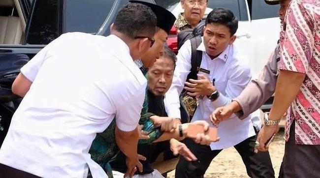 Bộ trưởng An ninh Indonesia bị tấn công bằng dao - ảnh 1
