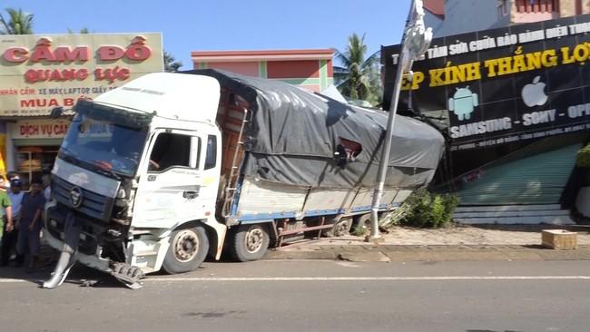 Xe tải chở củ mì mất phanh, đâm sập nhà dân - ảnh 2