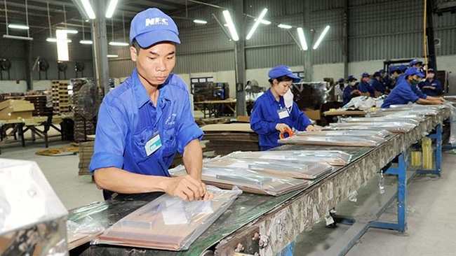 Packing export wooden products at Nam Dinh Forest Products JSC in Hoa Xa Industrial Park, Nam Dinh province. (Photo: ANH AN)