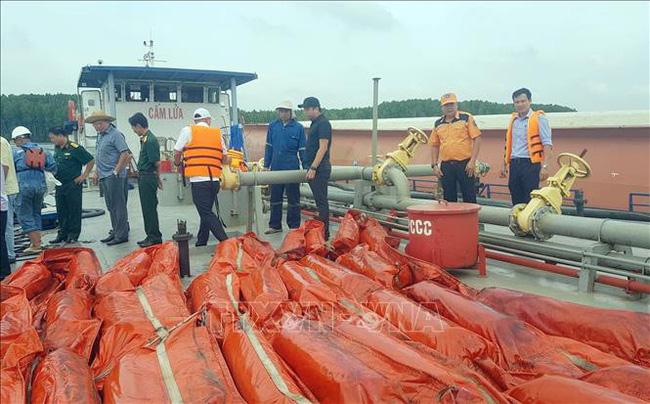 Sự cố chìm tàu ở Cần Giờ: Thu gom được khoảng 30m3 dầu lẫn nước - ảnh 2