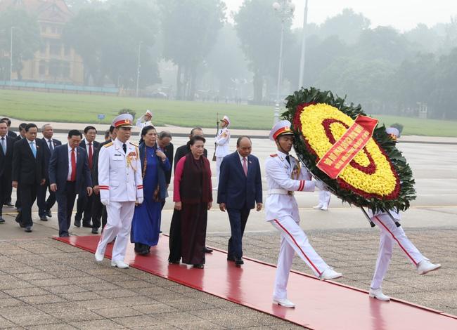 Đại biểu Quốc hội vào lăng viếng Chủ tịch Hồ Chí Minh - ảnh 2