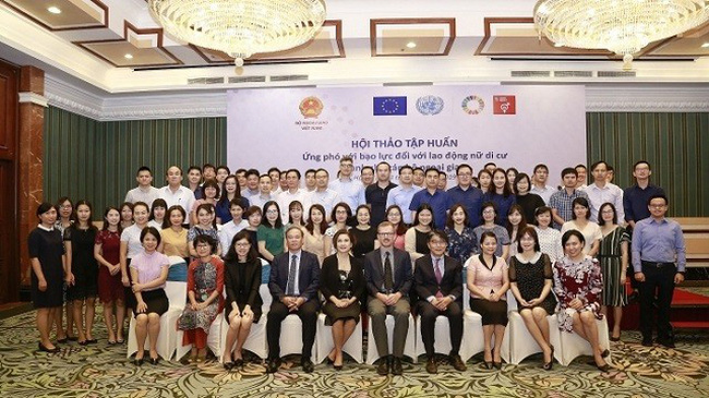 Diplomats and delegates join a group photo at the seminar opening in Hanoi on October 1, 2019. (Photo: baoquocte.vn)