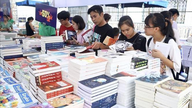 """The Hanoi book festival with the theme """"Hanoi - City for Peace"""" opened at the Imperial Citadel of Thang Long in Hanoi on October 2. (Illustrative image)"""